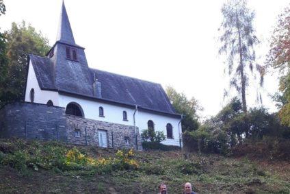 Mäharbeitern an der evangelischen Kirche